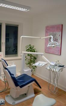 Das helle Behandlungszimmer der Zahnarztpraxis Boysen in Hamburg