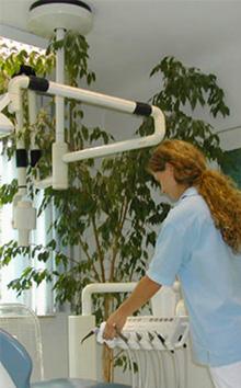 Zahnarzt Barmbek: Eine Mitarbeiterin der Zahnärzte bei einer Behandlung